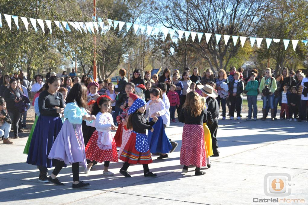 ... multitud acompañaron los festejos del 25 de Mayo | | Catrielinforma