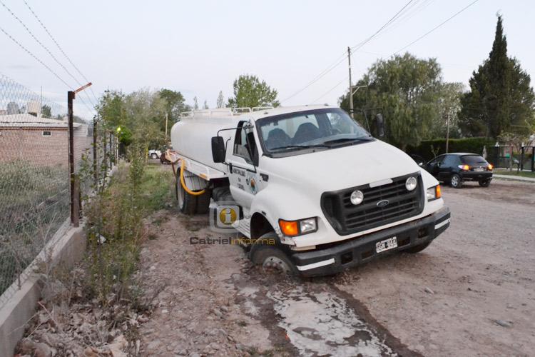 Camión municipal cae al ceder el suelo