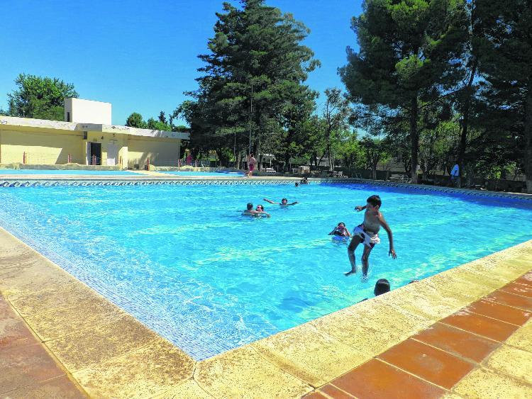 Verano en Catriel: pocas opciones contra el calor
