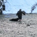 Cruzan a pie el río para ir al médico o a la escuela