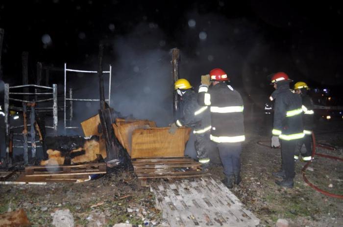 CATRIEL | Un incendio ocurrido durante la tarde noche del domingo movilizó nuevamente a los vecinos del Lote 14, una zona que ya ha sido afectada por varios siniestros de esta naturaleza.